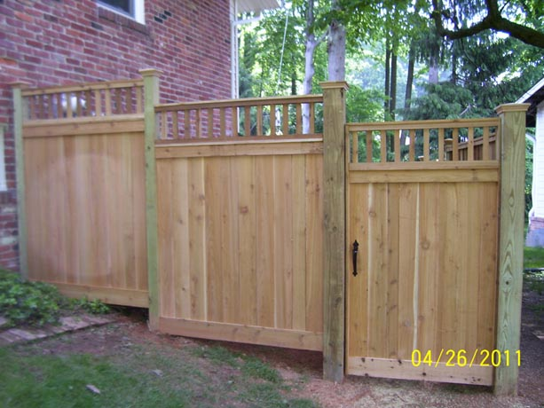 Flatboard fence with top and bottom topper and gate